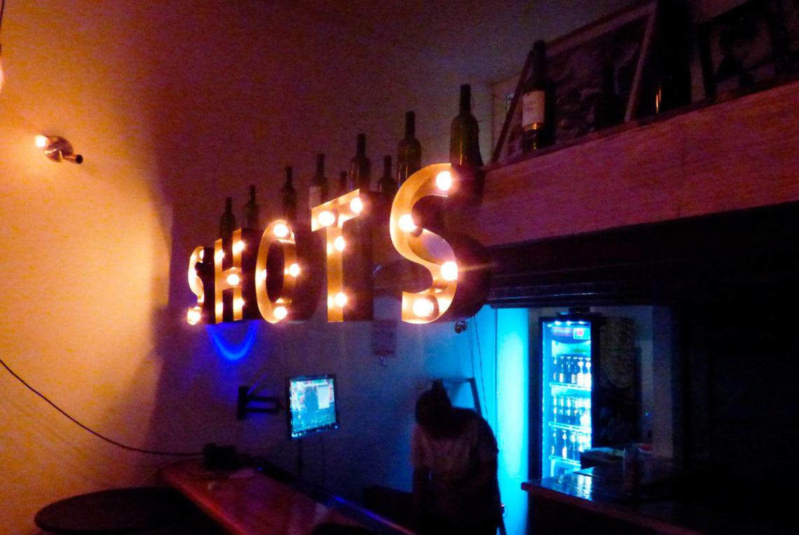 8-estacion-del-shot-bogota-colombia-bar-gay-chapinero-la-estacion-guia-gay-chapigay-mejores-bares-gay-cafe-que-hacer-en-bogota-el-cuento-planes-romanticos-1920x1285